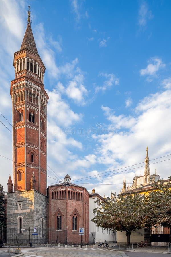 Milaan en San Gottardo in Corte in een perfect perspectiefschot stock foto's