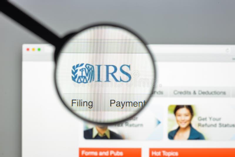 Milaan, Italië - Augustus 10, 2017: IRS websitehomepage Het is de opbrengstdienst van de federale overheid van Verenigde Staten I royalty-vrije stock afbeelding