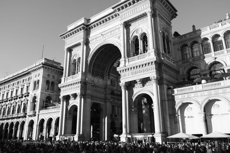 Milaan, Italië - 08 Dec, 2018 - Menigte van mensen in Piazza Duomo, galleria Vittorio Emanuele stock foto