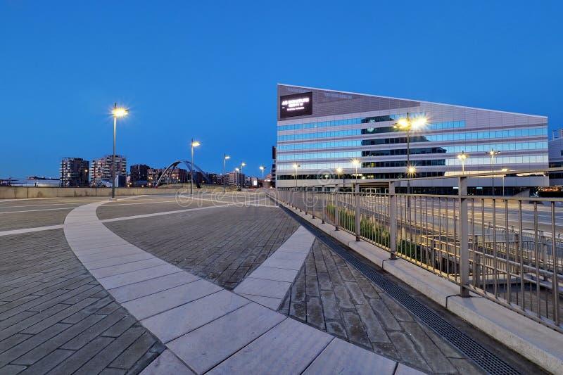 MILAAN, ITALIË - December 9, 2017: Milan Lombardy, Italië: moderne vierkante bureaugebouwen en lantaarnpalen bij het nieuwe Porte royalty-vrije stock afbeelding