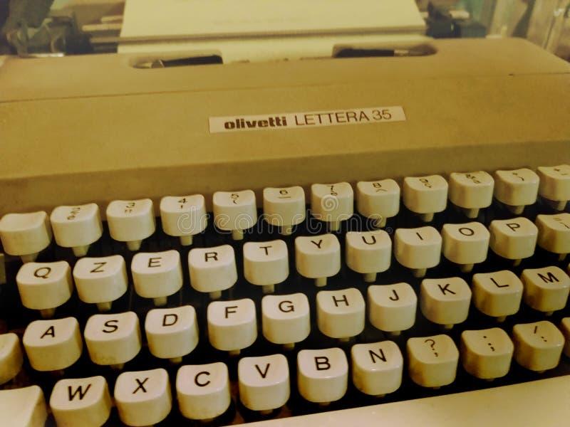Milaan, Italië - Februari 3, 2019: De uitstekende klassieke auto toont - Oud retro Olivetti Lettera 35 schrijfmachine, die machin royalty-vrije stock afbeelding