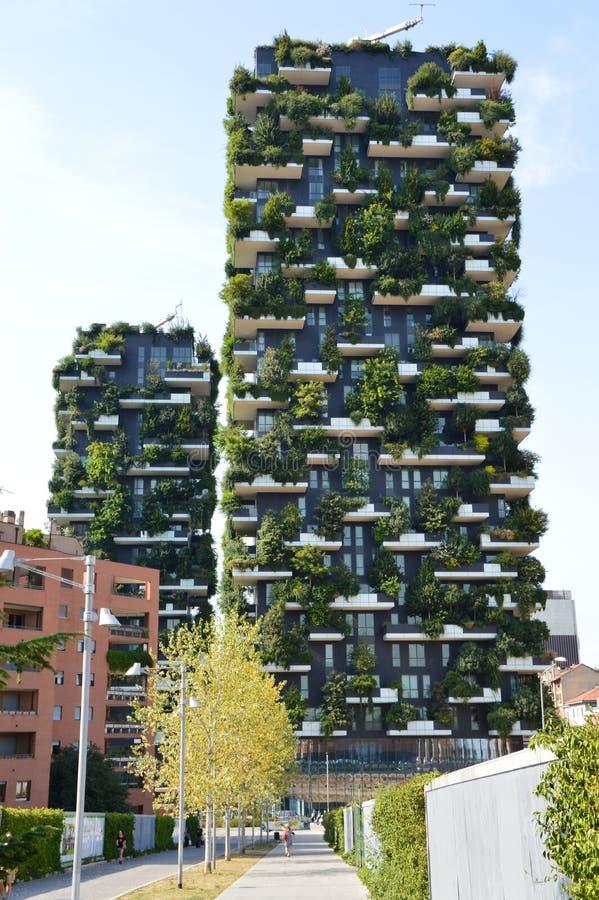 MILAAN, ITALIË - JULI 19, 2017: Bosco Verticale, verticale bosflatgebouwen op het gebied van Porta Nuova van de stad van Milaan,  stock foto
