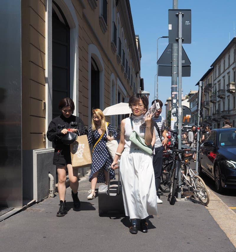 MILAAN, ITALIË - JUNI 18, 2018: Aziatische mensen die in de straat na AALTO-modeshow lopen royalty-vrije stock afbeeldingen