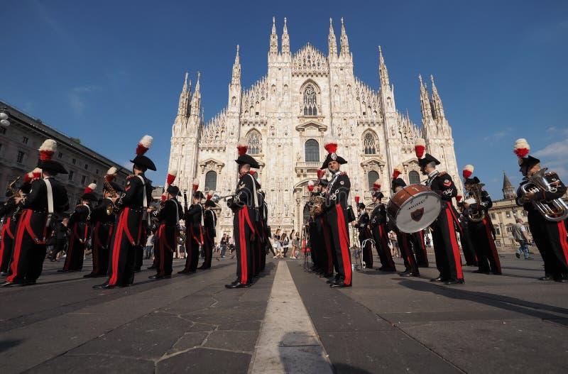 MILAAN, ITALIË 1 JUNI, 2017: Carabinieri het marcheren band stock afbeeldingen