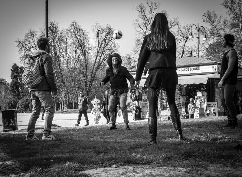Milaan, Italië - Maart 23, 2016: De tienersstudenten spelen voetbal stock foto