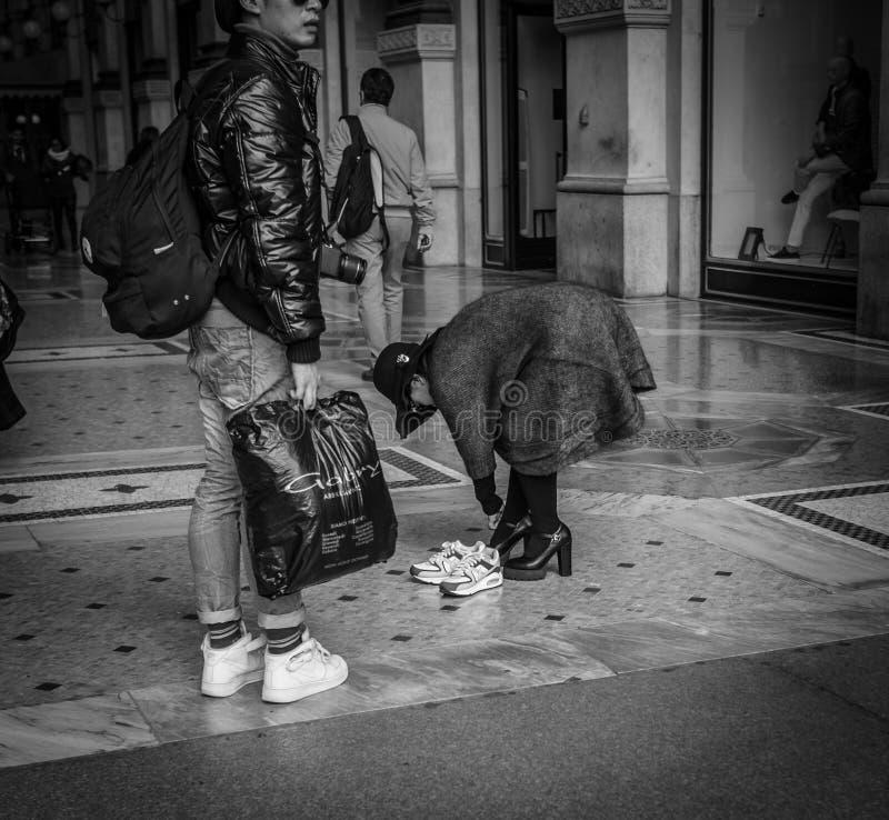 Milaan, Italië - Maart 23, 2016: Het wijfje ruilt tennisschoenen voor a stock afbeeldingen