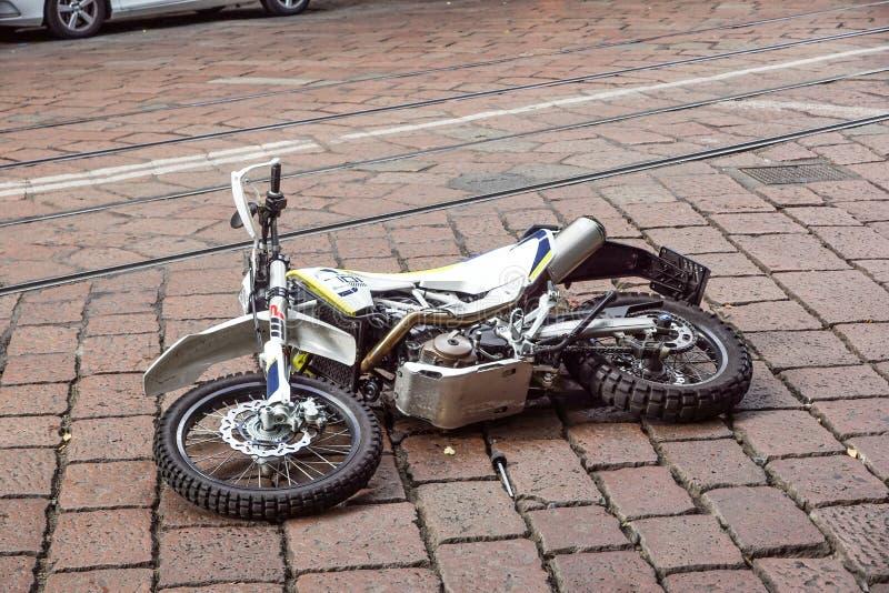 MILAAN, ITALIË 17 MAART 2018: verkeersongeval van een motorfiets gevallen aan de grond op de weg royalty-vrije stock foto
