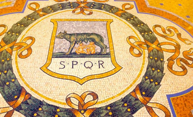 Milaan, Italië - Mei 03, 2017: Beroemde mozaïekstier op de vloer van Vittorio Emanuele-het winkelen galerij in Milaan stock fotografie