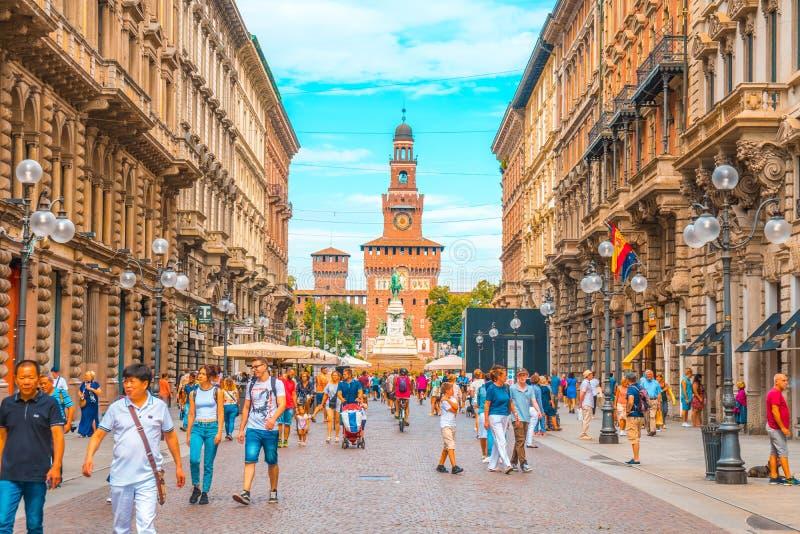 Milaan, Italië - 14 08 2018: Mensen die via Dante-straat binnen lopen royalty-vrije stock afbeelding