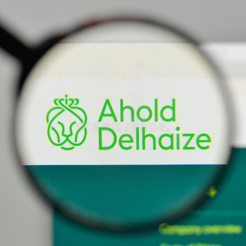 Milaan, Italië - November 1, 2017: Het koninklijke embleem van Ahold Delhaize op Th stock afbeelding