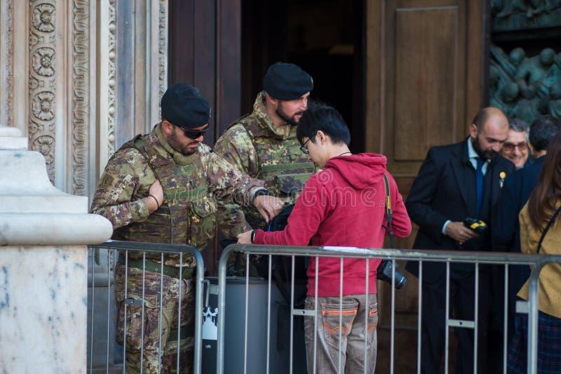 MILAAN, ITALIË - OKTOBER 9, 2017: Inspectie van persoonlijke bezittingen, de militaire bewaakte openbare faciliteit royalty-vrije stock afbeeldingen