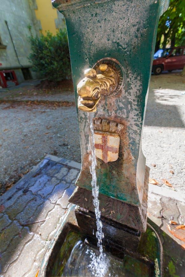 MILAAN, ITALIË - September 06, 2016: Fontein met drinkwater in de straat van Milaan stock foto
