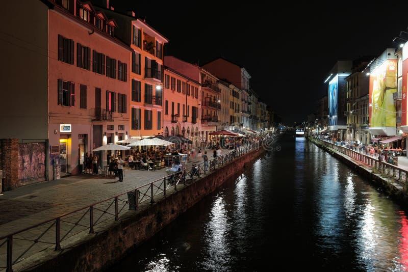 Milaan, Italië, Toeristenrust in restaurants op het Navigli-kanaal stock foto's