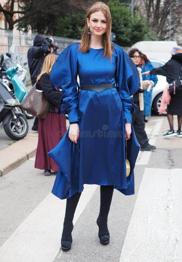 MILAAN, Itali?: 23 Februari 2019: De stijluitrusting van de manier blogger straat royalty-vrije stock foto's