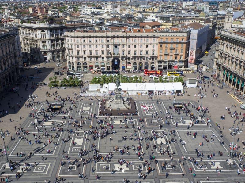 Milaan, Itali? Het vierkant van Duomo van het terras boven het dak van de kathedraal wordt gezien die stock foto's