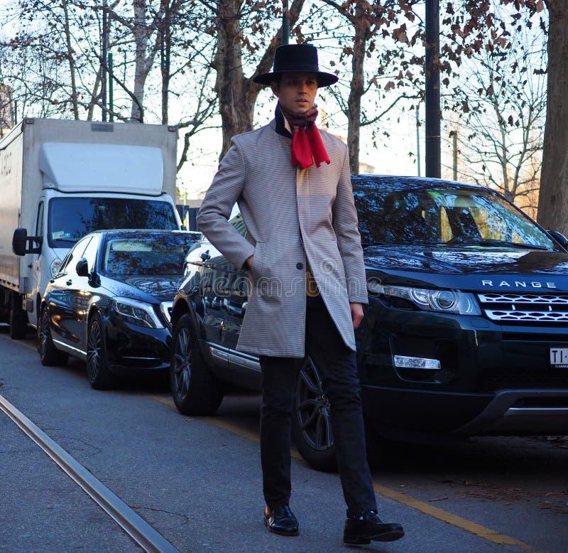 MILAAN - 13 januari: Een modieuze mens die in de straat vóór NEIL BARRET-modeshow, tijdens Milan Fashion Week Fall /Winter lopen royalty-vrije stock afbeelding