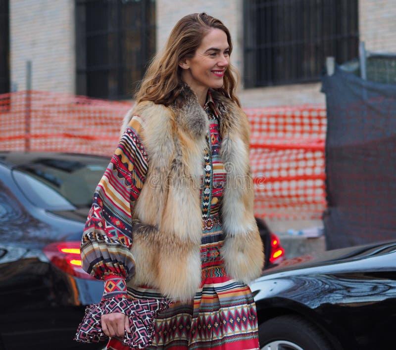 MILAAN - 13 januari: Een modieuze vrouw die in de straat vóór NEIL BARRET-modeshow, tijdens Milan Fashion Week Fall /Win lopen stock foto
