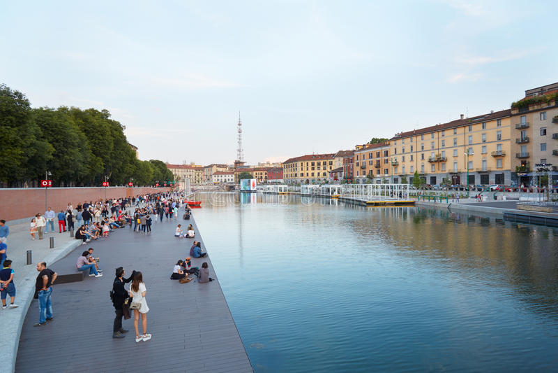 Milaan nieuwe Darsena, gerenoveerd dok met mensen in de zomer stock fotografie