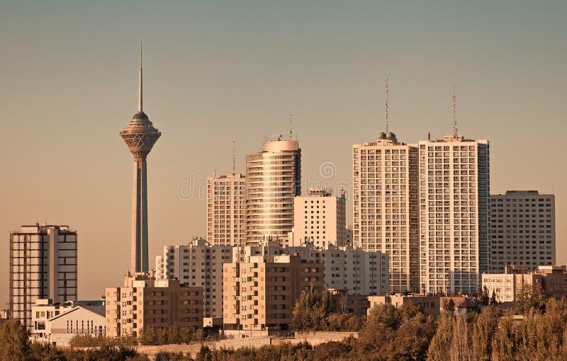 Milad Tower e grattacieli nell'orizzonte di Teheran fotografie stock libere da diritti