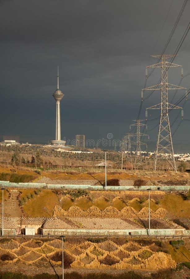 Milad Tower och maktöverföringslinjer av Teheran royaltyfri bild