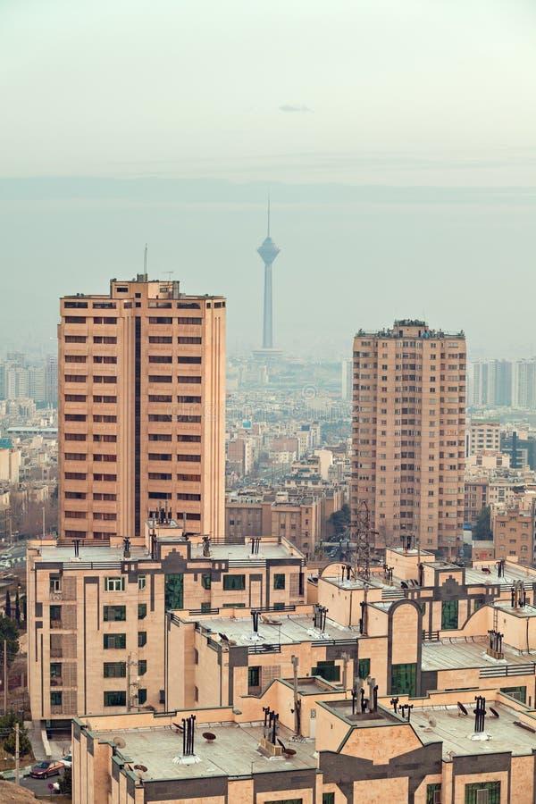 Milad Tower Between Two Skyscrapers i horisonten av Teheran arkivfoton