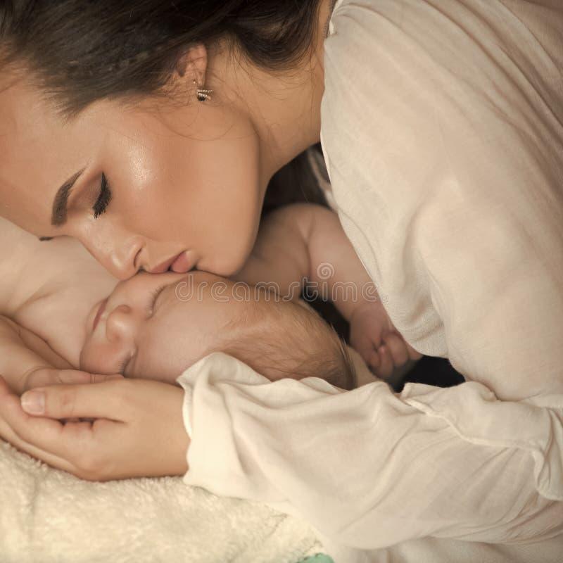 Milagre da maternidade Sono da mulher com o menino infantil da criança foto de stock royalty free