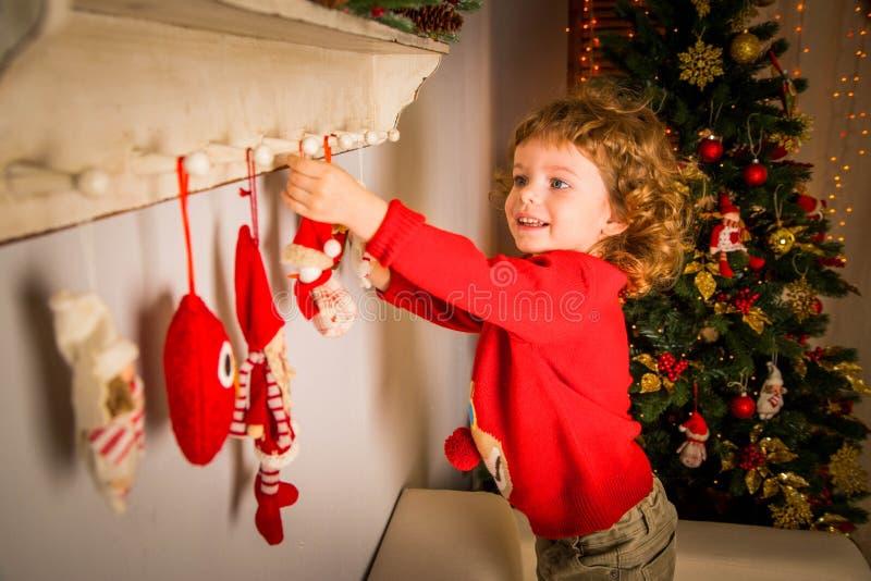 Milagre do Natal, caixa de presente mágica e um bebê da criança imagem de stock