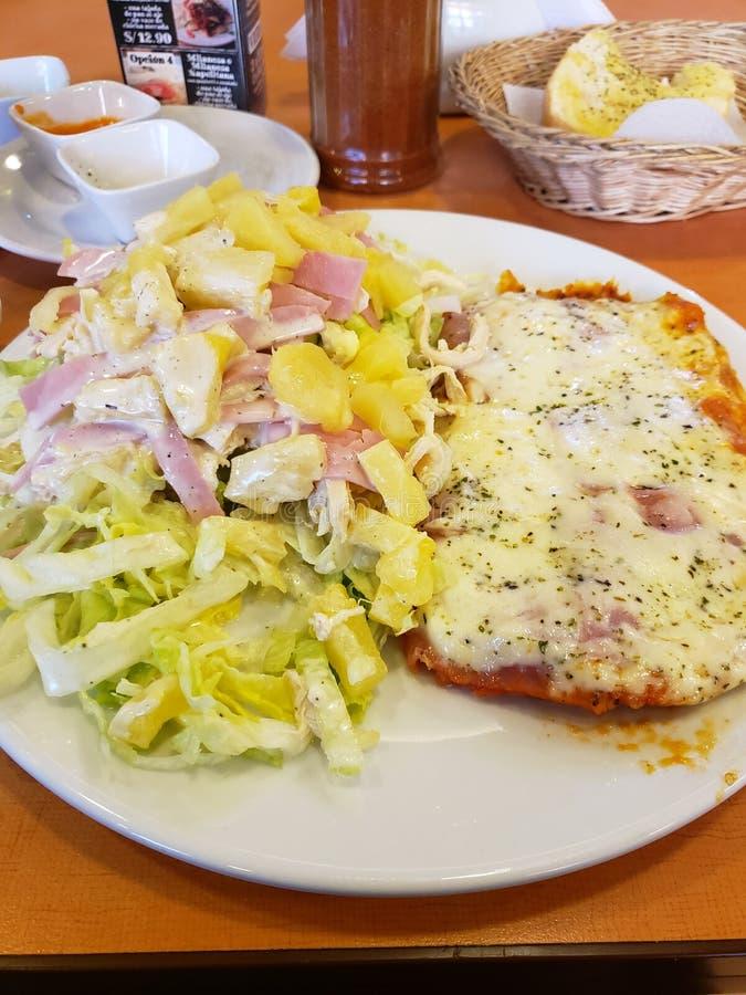 Milanês napolitana com Nonno& x27; salada de s imagem de stock