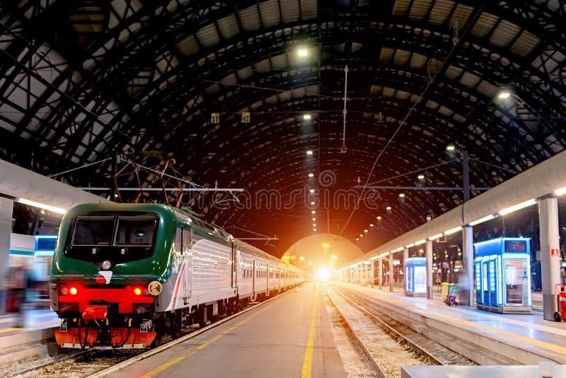 milan środkowa stacja kolejowa Mediolańska centrali stacja w włoszczyźnie, Stazione Centrala di Milano lub Milano Centrala, jest  zdjęcie royalty free