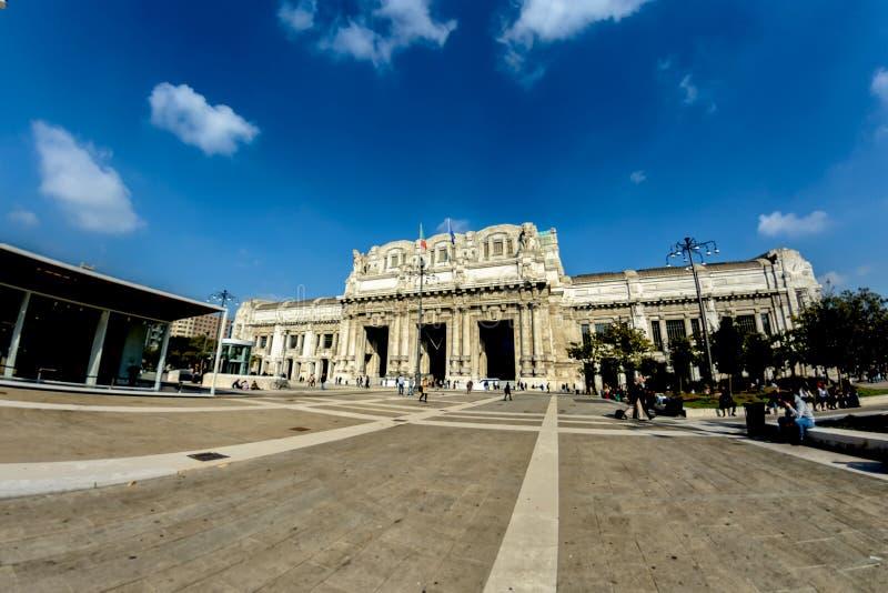 Milan antik central järnvägsstation Stationen invigdes i 1931 slapp fokus royaltyfria foton
