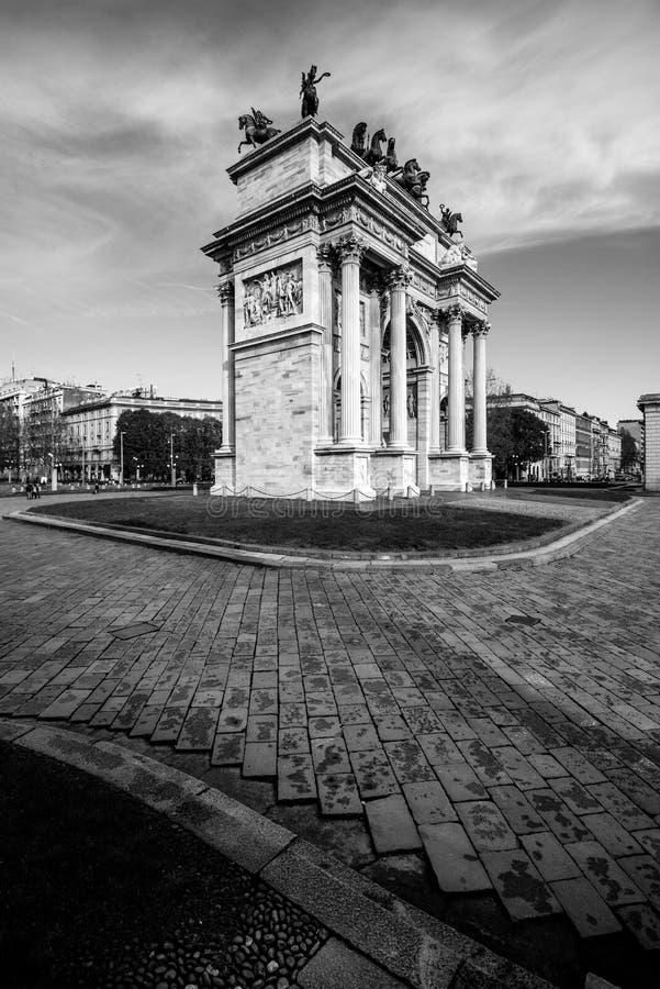 Milan Arco della Pace - båge av den svartvita bilden för fred arkivfoto