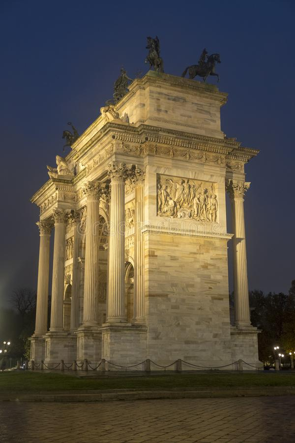 Milan: Arco dellahastighet på aftonen royaltyfri bild