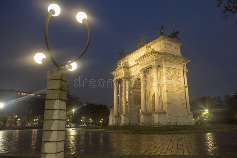 Milan: Arco dellahastighet på aftonen fotografering för bildbyråer
