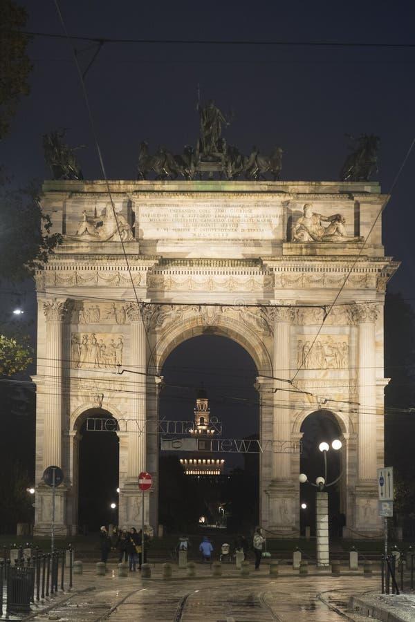 Milan: Arco dellahastighet på aftonen arkivfoto