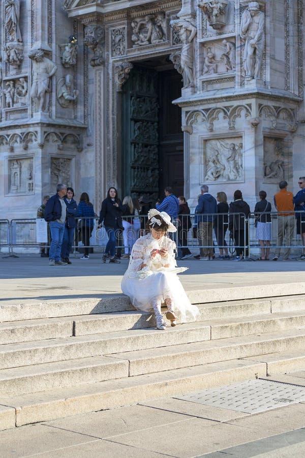 Milan Cathedral Duomo di Milano, mujer en un vestido que se casa blanco que se sienta en las escaleras, Milán, Italia fotografía de archivo libre de regalías
