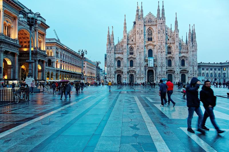 Milan Cathedral Duomo di Milano y Piazza majestuosos del Duomo en la luz de la tarde, Milán, Italia foto de archivo