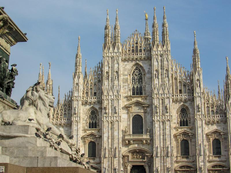 Milan Cathedral-kerk die zich trots in Piazza del Duomo in Milaan, Lombardije, Italië in Februari, 2018 bevinden royalty-vrije stock afbeelding