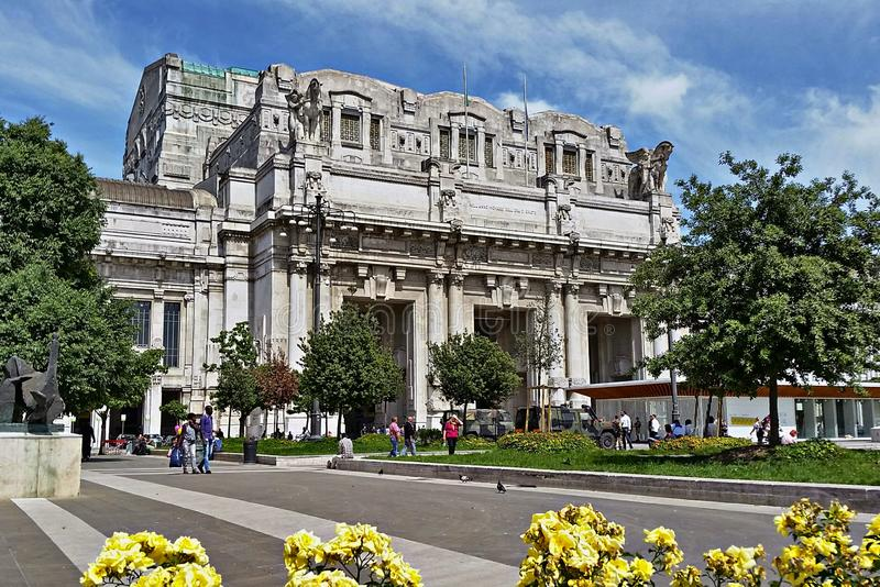 Milan Central järnvägsstation i Milan, Italien royaltyfria bilder