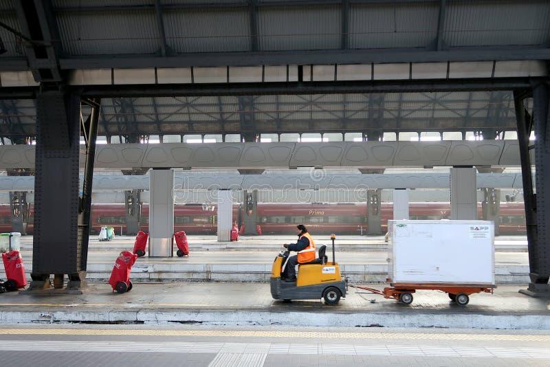 Milan centralstation 12/22/2016 Bagagetransport till traen arkivbild