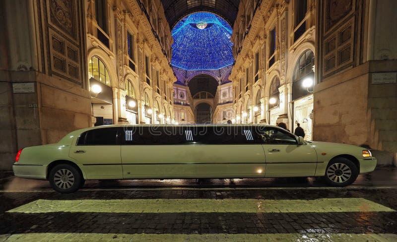 MILAN, décembre 2016 : La limousine se gare en Galleria del Corso, Milan, Lombardie image stock