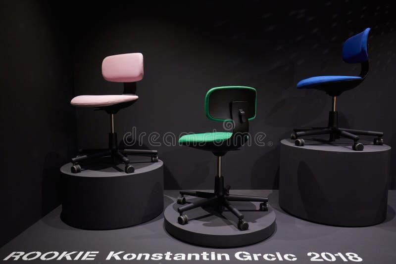 Milan Design Week, Vitra-installatie en tentoonstelling met Konstantin Grcic-stoel tijdens Salone del Mobile in Milaan stock fotografie
