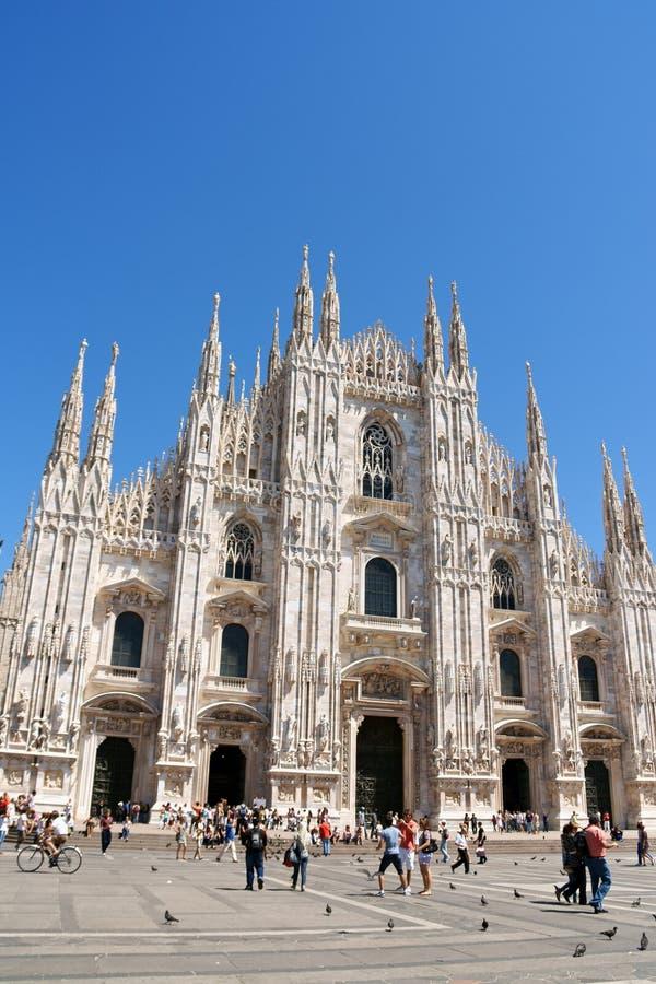 Milan domkyrka och Piazza del Duomo i Italien royaltyfria foton