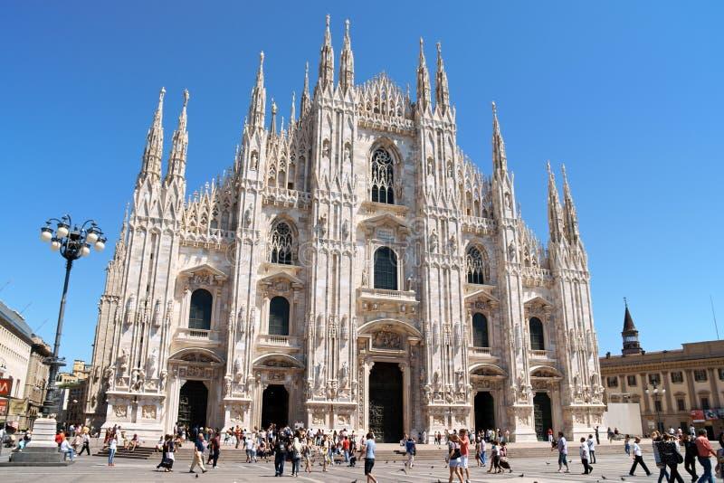Milan domkyrka och Piazza del Duomo i Italien arkivbilder