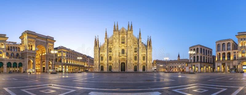 Milan Duomo Italy-panorama stock foto's