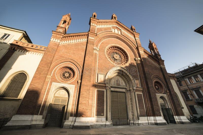 Milan : Façade d'église de carmin images stock