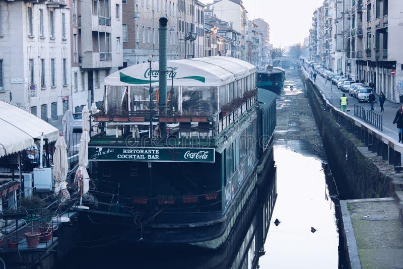 Milan FEBRUARI 2011 - fartyg i den sceniska Naviglio storslagna kanalen i Milan, Lombardia, Italien royaltyfria foton