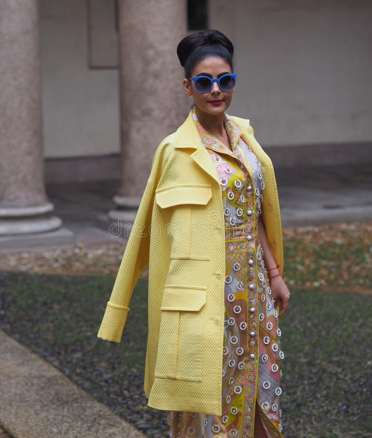 MILAN - FEBRUARI 22, 2018: Trendig kvinna som poserar för fotografer i `-Corso Magenta ` 24 för den EMILIO PUCCI modeshowen, Mila royaltyfri foto
