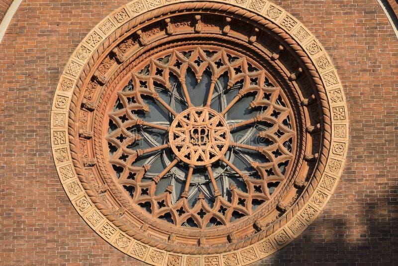Milan : Fenêtre de Rose d'église de carmin photographie stock