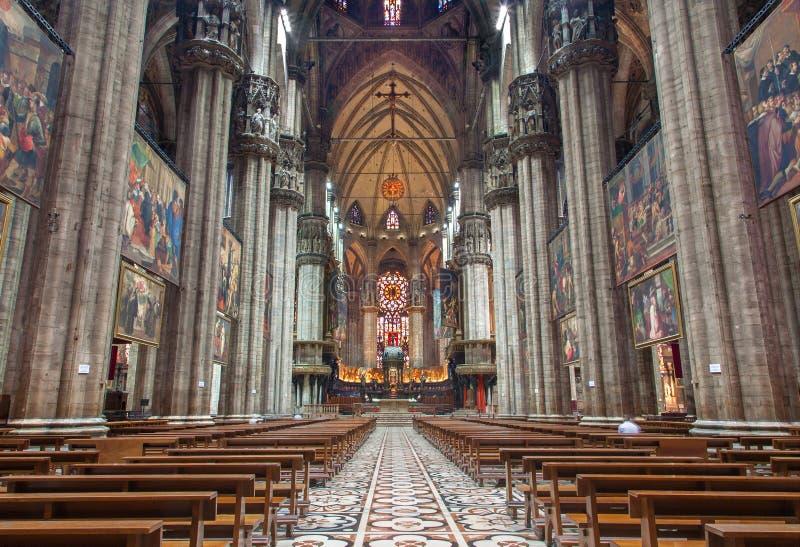 Milan - huvudsakligt skepp av duomoen eller domkyrkan arkivbilder