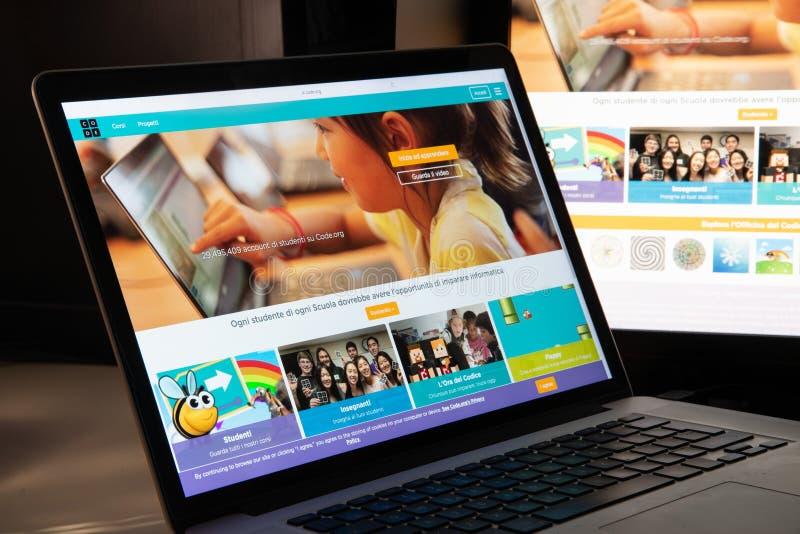 Milan, Italie - 15 août 2018 : codez la page d'accueil de site Web d'O.N.G. d'org C photos libres de droits